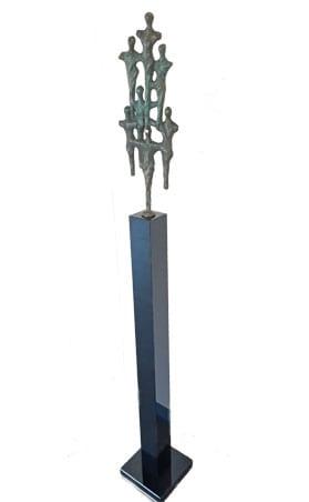 Bronzen sculptuur op granieten zuil